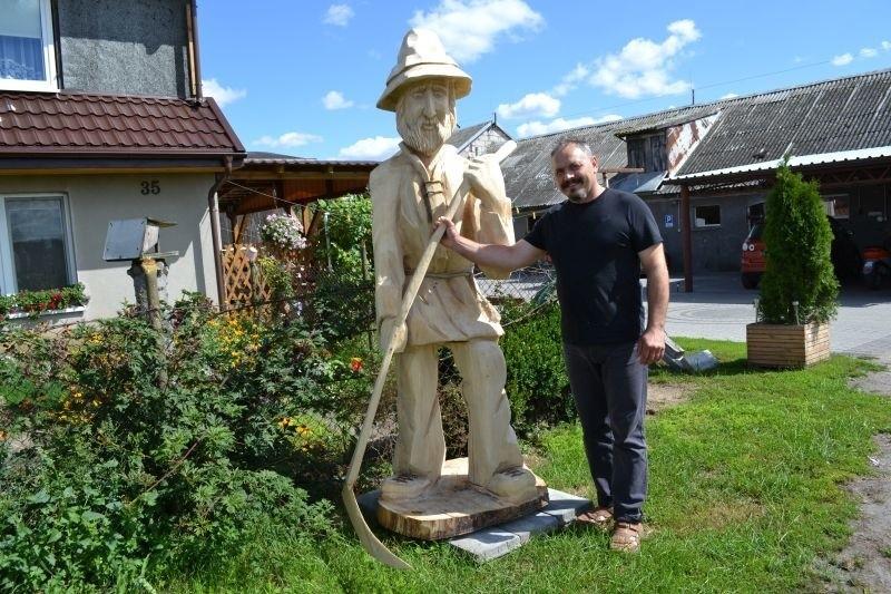 W Kosowie nie mogło zabraknąć rzeźby z kosą