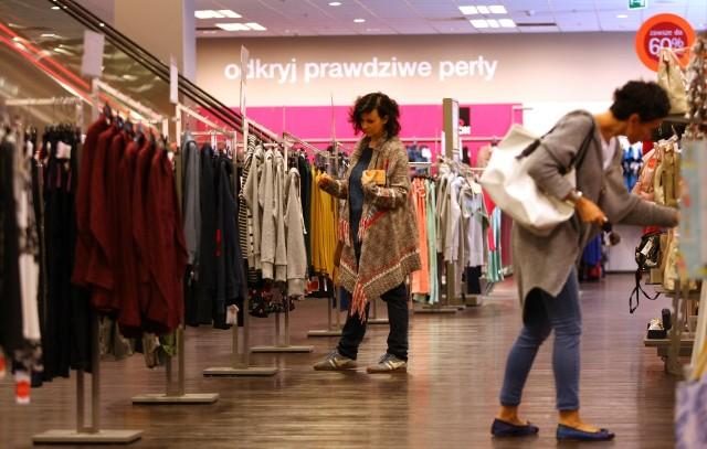 Podczas zakupowego szaleństwo warto dokładnie patrzeć, czy nie kupujemy towarów uszkodzonych lub brudnych.