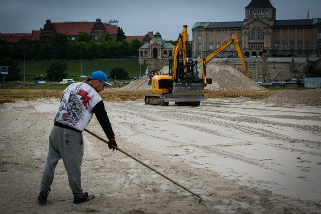 Trwa wymiana piasku w Miejskiej Strefie Letniej na Wyspie Grodzkiej. Do Szczecina przypłynął barkami prosto z nadbałtyckiej plaży. Łącznie do rozgarnięcia jest około 1500 ton materiału.ZOBACZ TEŻ: Plaża w Szczecinie już czynna!