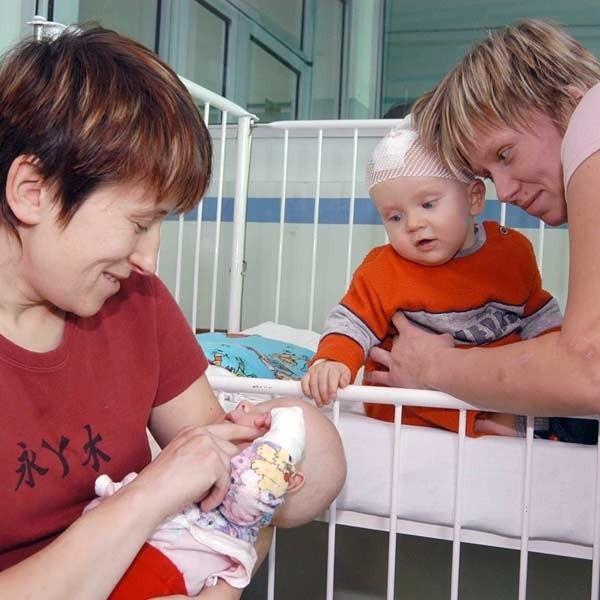 Elżbieta Paluch z synkiem Krzysiem i Anna Wąsacz z synkiem Maksymilianem. Dzieci są chore na zapalenie płuc.