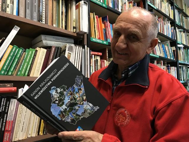Stanisław Polański, przewodnik PTTK, prezentuje książkę, która jest dziełem grona wolontariuszy. W jej przygotowanie zaangażowali się przewodnicy, krajoznawcy i działacze PTTK w województwie podkarpackim