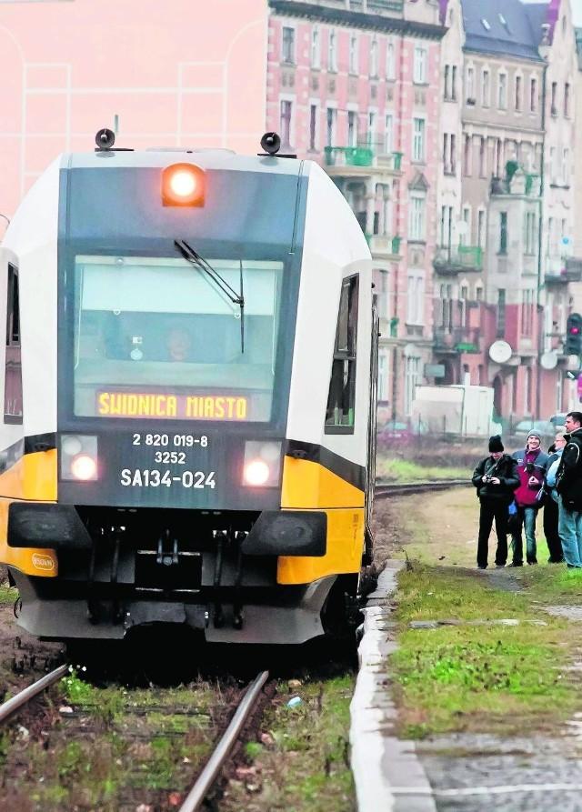 Świdniczanie na bezpośrednie połączenie kolejowe ze stolicą Dolnego Śląska musieli czekać aż 13 lat