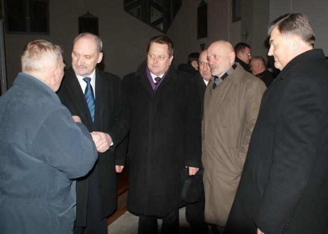 Antoni Macierewicz (drugi od lewej) ma swój pogląd na katastrofę smoleńską