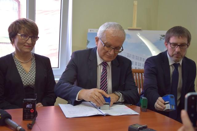 Podpisanie umowy na termomodernizacje 10 budynków Szpitala Uniwersyteckiego w Zielonej Górze. Koszt inwestycji 50 mln zł. Zielona Góra 5 grudnia 2019 roku.