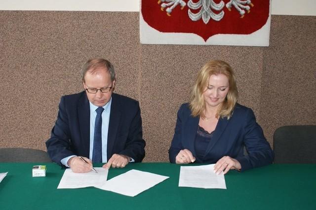 Umowę podpisali wójt Nowej Słupi Andrzej Gąsior i dyrektor Regionalnej Organizacji Turystycznej Województwa Świętokrzyskiego Małgorzata Wilk-Grzywna.