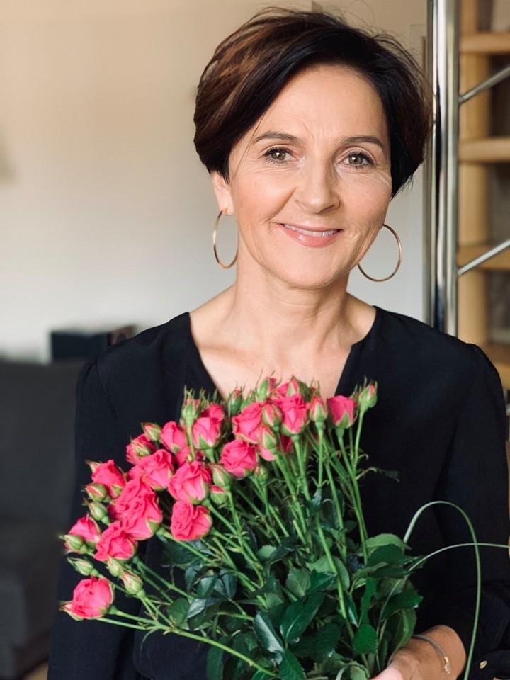"""Prof. dr hab. Violetta Dymicka-Piekarska jest absolwentką kierunku Analityka Medyczna Wydziału Farmaceutycznego z Oddziałem Medycyny Laboratoryjnej z 1996 r. Od 1996 r. pracuje w Zakładzie Laboratoryjnej Diagnostyki Klinicznej (najpierw jako asystent, a od 2006 r. adiunkt). W 1999 r. na Wydziale Lekarskim obroniła doktorat pt. """"Dynamika zmian stężeń beta-tromboglobuliny i czynnika płytkowego 4 oraz ekspresji receptora płytkowego CD62P w ostrym zawale mięśnia sercowego"""" (promotor: prof. dr hab. Halina Kemona). Równolegle rozpoczęła specjalizację z analityki medycznej, którą ukończyła w 2000 r., a w 2004 r. uzyskała tytuł specjalisty laboratoryjnej diagnostyki medycznej. Pracę naukowo-dydaktyczną godzi również z praktycznym wykonywaniem zawodu diagnosty laboratoryjnego – od wielu lat jest kierownikiem Pracowni Immunoserologii USK w Zakładzie Laboratoryjnej Diagnostyki Klinicznej."""