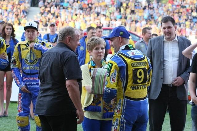 Aparat fotograficzny wręczył Ewelinie kapitan Stali Gorzów, Tomasz Gollob.