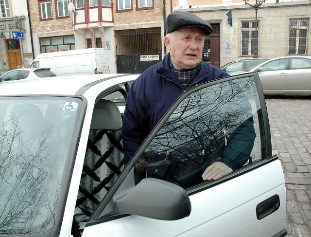- Pierwsze prawo jazdy zrobiłem w 1959 roku - mówi Mieczysław Pacak, 70-letni emeryt ze Szczecina. - Jeżdżę ponad czterdzieści lat i nigdy - odpukać - nie miałem wypadku... Choć nie jestem najmłodszy, bardzo pewnie czuję się za kierownicą. Moim zdaniem, obowiązkowe badania lekarskie powinny obowiązywać w wieku siedemdziesięciu - siedemdziesięciu pięciu lat. Nie wcześniej. Większe zagrożenie stanowi niedoświadczony siedemnastolatek, rozbijający się po drogach. Zwłaszcza, kiedy sprowadzi auto z niemieckiego złomowiska.