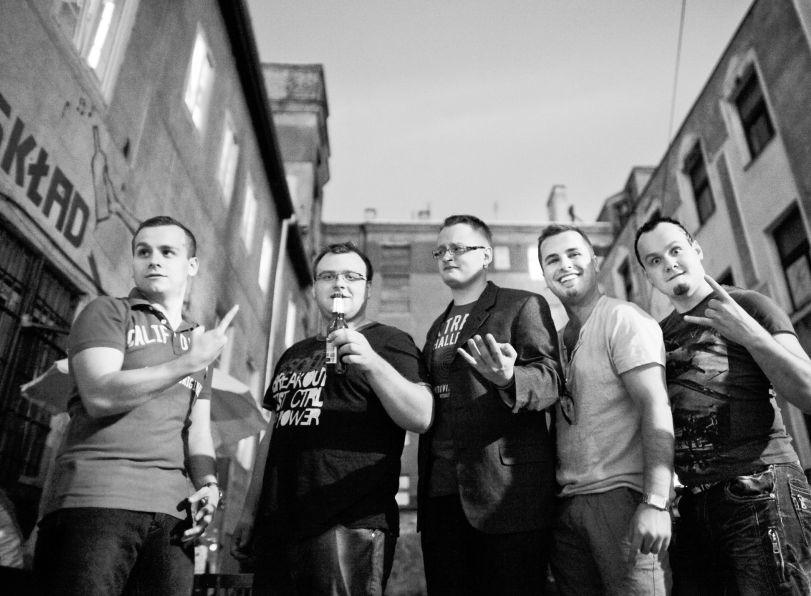 Klezmafour to formacja złożona z pięciu młodych muzyków. Inspiracje czerpią z muzyki żydowskiej, folkowej i bałkańskiej. W piątek zagrają też u nas.