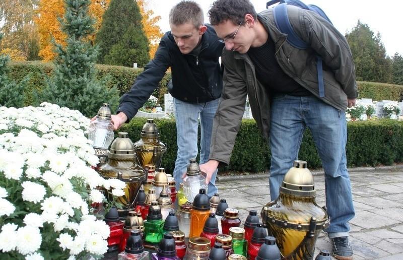 Łukasz Urbański i Marcin Fabijański przy pomniku poświęconym polskim żołnierzom.