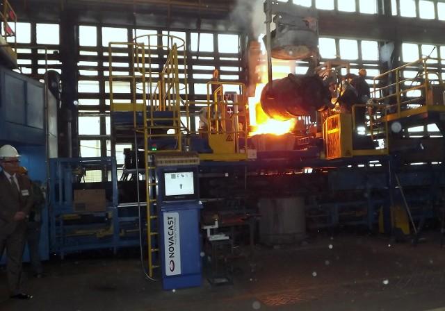 Hala Odlewni Polskich. Produkcja odlewów jest w pełni zautomatyzowana. O precyzję dbają lasery i komputery.