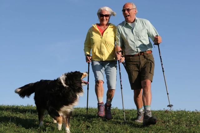Dzięki spacerom senior ma lepszy humor i więcej energii. Dopływ tlenu pozwala także rozładować napięcia i stres.