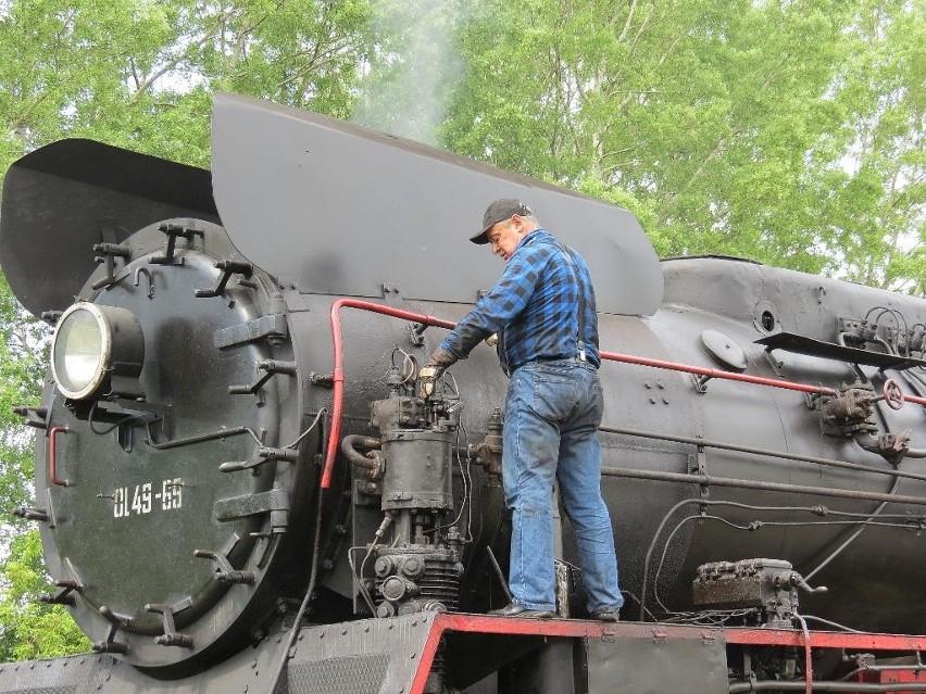 """W sobotę z Poznania do Kruszwicy przyjechał pociąg """"Popiel"""", ciągnięty przez zabytkowy parowóz serii OL49 z parowozowni w Wolsztynie."""
