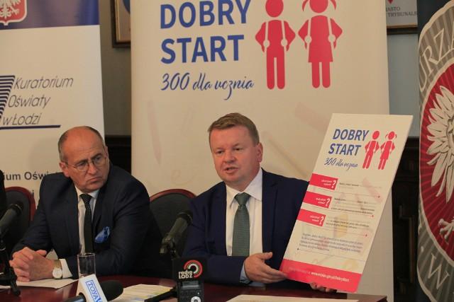"""O realizacji programu """"Dobry start"""" w regionie łódzkim opowiadali w czwartek (14 czerwca) wojewoda Zbigniewa Rau (z prawej) i kurator Grzegorz Wierzchowski (z plakatem)."""