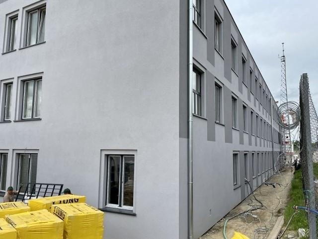 W Łodzi przy ul. Beskidzkiej 54 trwa rozbudowa zakładu karnego. Na terenie jednostki dobiega końca budowa nowego pawilonu mieszkalnego dla osadzonych. Z tego powodu potrzeba więcej rąk do pracy. Okręgowy Inspektorat Służby Więziennej przygotował ponad 50 nowych miejsc pracy. Podania złożyło już 140 chętnych.WIĘCEJ CZYTAJ NA KOLEJNYM SLAJDZIE