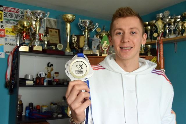 Mateusz Borkowski ze srebrem z Halowych Mistrzostw Europy w rodzinnym domu w Krynkach w powiecie starachowickim.