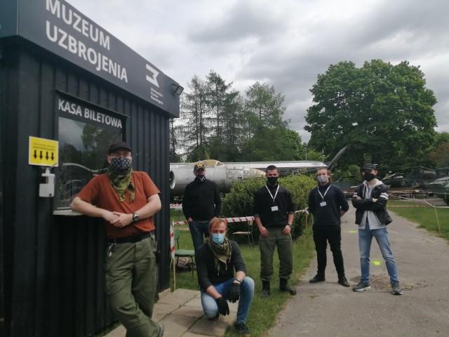 Krzysztof Jankowiak i załoga Muzeum Uzbrojenia, chwilę po otwarciu ekspozycji