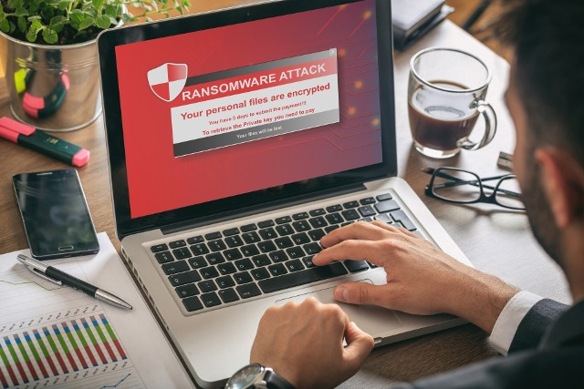 Istotne jest myślenie kategoriami cyberochrony: nie zostawiamy przecież dowodu osobistego byle gdzie: podobnie jest z bezpieczeństwem naszych danych wrażliwych online.