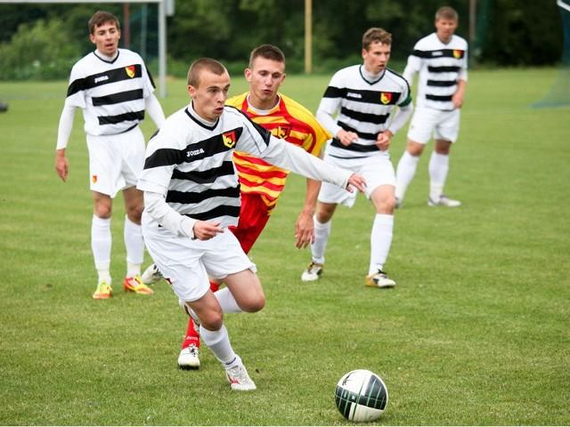 W meczu dwóch drużyn juniorów starszych Jagiellonii ekipa Ryszarda Karalusa (żółto-czerwone stroje) zremisowała 2:2 z zespołem Dariusza Bayera.
