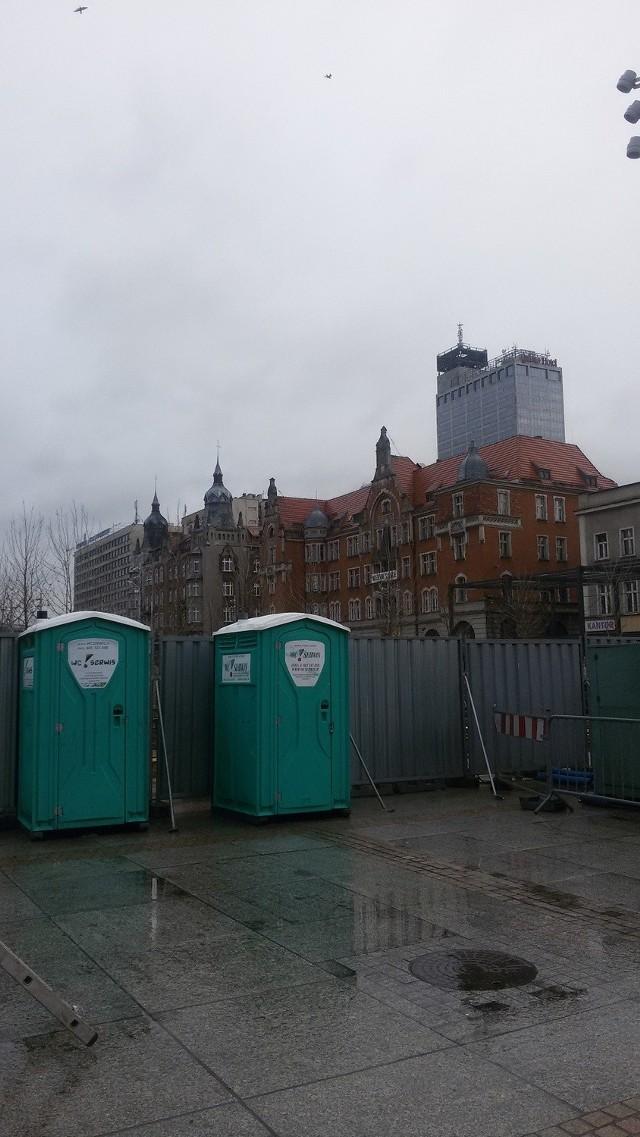 Rynek w Katowicach nie ma toalety publicznej. Stoją tylko mało eleganckie plastikowe kabiny.