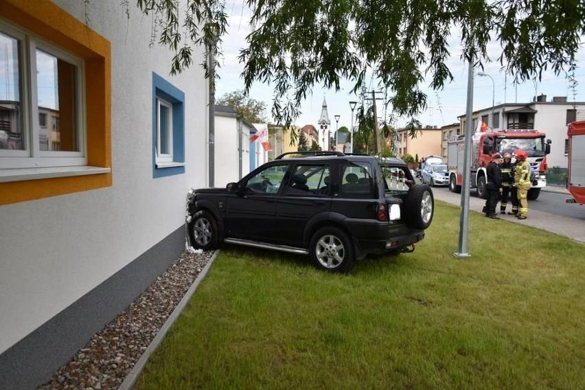 Nowy Tomyśl: Samochód wjechał w przedszkole! Jedna osoba w szpitalu [ZDJĘCIA]