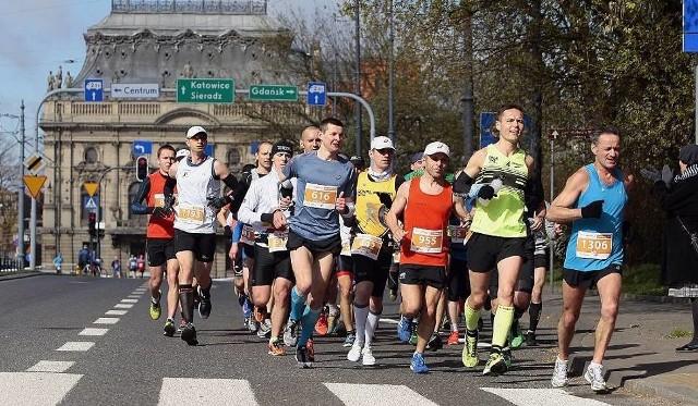 W weekend odbędzie się w Łodzi wiele imprez biegowych. W niedzielę odbędzie się DOZ Maraton Łódź i półmaraton. W sobotę odbędą się biegi na krótszych dystansach. Wiele ulic w centrum miasta zostanie zamkniętych dla ruchu, a kilkadziesiąt linii autobusowych i kilka tramwajowych będzie miało zmienione trasy. Prezentujemy najważniejsze informacje dotyczące organizacji DOZ Maraton Łódź.