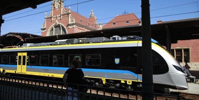 Wszystkie pociągi pasażerskie zatrzymują się już na stacji Opole Główne.