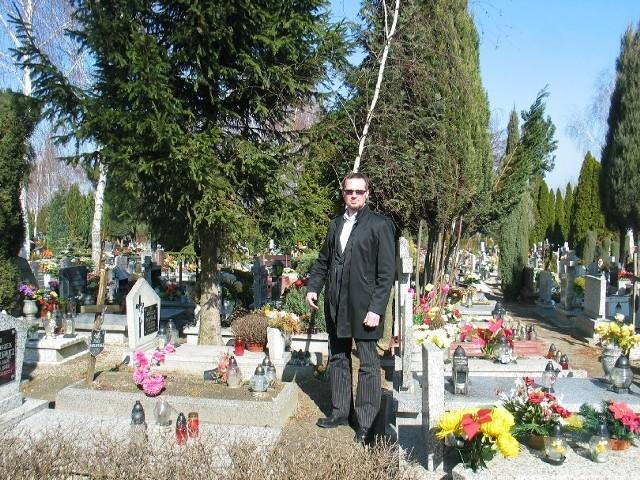 - Drzewa przeszkadzają w normalnym funkcjonowaniu cmentarza. W niektórych miejscach jest więcej drzew niż grobów - mówi kierownik Zakładu Usług Pogrzebowych Maciej Gandecki.