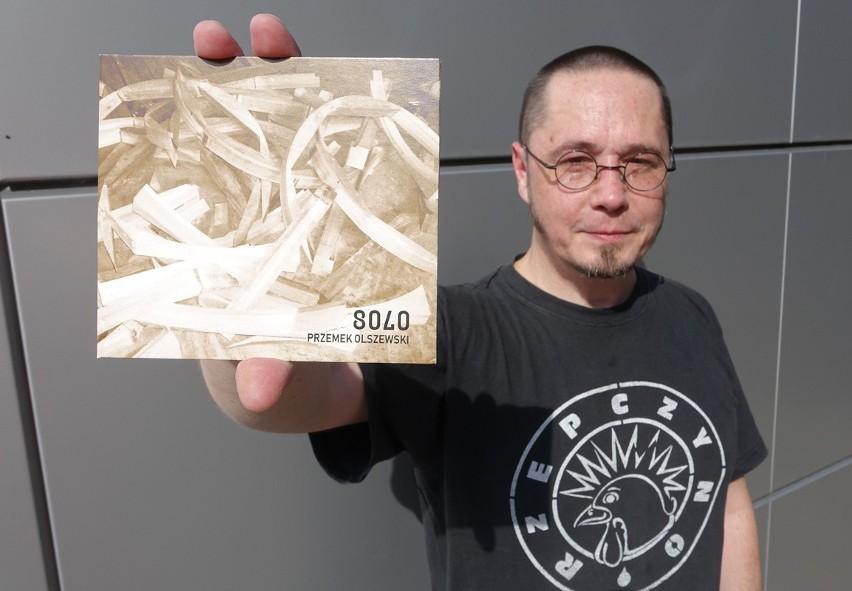 Przemek Olszewski z jednym ze 111 egzemplarzy swojej solowej płyty
