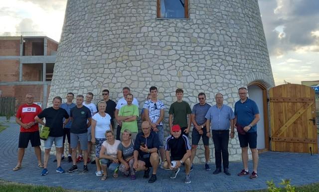 Uczestnicy Rowerowej Pielgrzymki na Jasną Górę prze wiatrakim w Krasocinie.