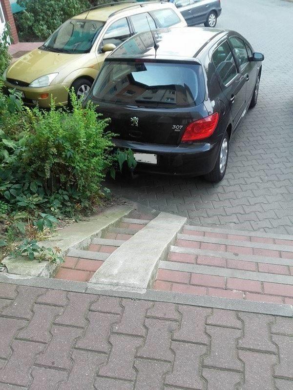 Autodrań zaparkował, przy okazji zastawiając część schodów