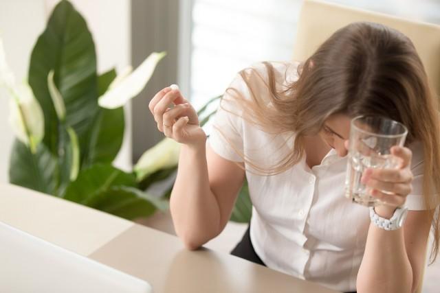 Paracetamol jest bezpieczny dla żołądka, może jednak uszkodzić wątrobę.