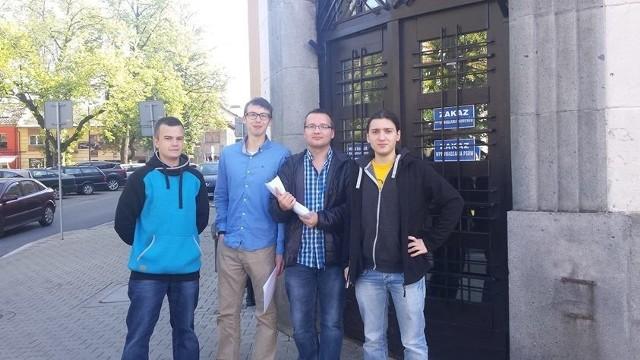 """Członkowie """"Wolnościowego Podhala"""" są zadowoleni z wyniku. - Ludzie podzielili nasze poglądy - mówi Szymon Fatla (z prawej)"""