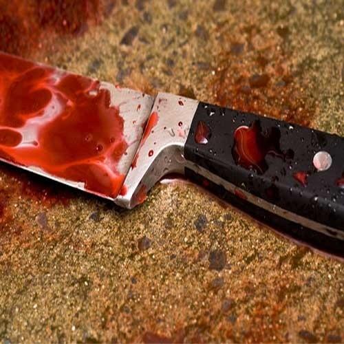 Z aktu oskarżenia: Wieczorem poszedł pić do ciotki. Podczas libacji wyciągnął nóż i zaczął krzyczeć. Wujek dostał cios prosto w serce, ciotkę zranił.