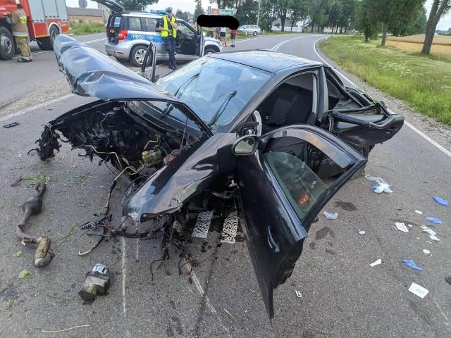 Wypadek na DK 65. Kierowca seata wjechał do rowu i rozbitym autem wyjechał z powrotem na drogę