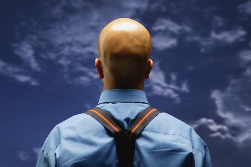 Zła wiadomość dla łysych: są 2,5 razy bardziej narażeni na ciężkie przechodzenie koronawirusa niż panowie z włosami