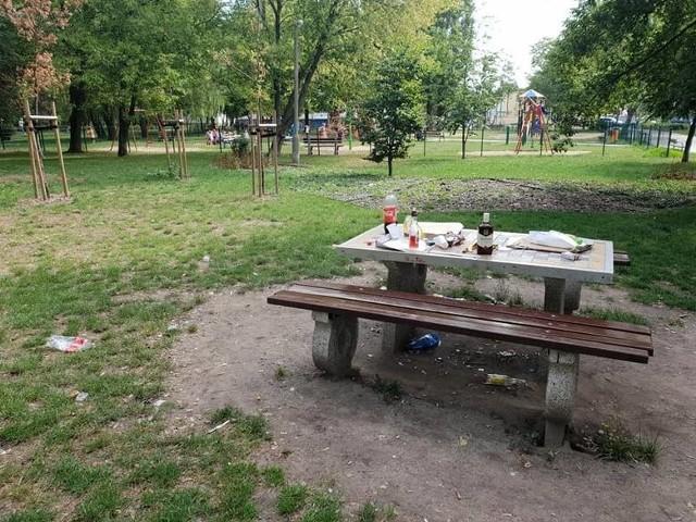 Butelki po alkoholu i kartony po pizzy zostawione na stoliku do gry w szachy. To częsty widok po nocnych imprezach w parku przy ulicy Łokietka w Inowrocławiu.