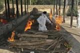 """Indie: brakuje miejsc w szpitalach, tlenu i szczepionek. Według dr Fauci z USA sytuacja przypomina """"wojnę"""""""