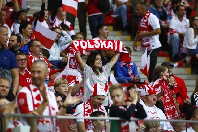 Reprezentacja Polski niespodziewanie i rzutem na taśmę zremisowała na PGE Narodowym z Anglią 1:1. Paulo Sousa znów zrobił zmiany, które odmieniły spotkanie. Zwłaszcza wprowadzając Damiana Szymańskiego, bo to pomocnik AEK Ateny strzelił wyrównującego gola. Zobacz nasze wnioski na gorąco po środowym meczu eliminacji mistrzostw świata.