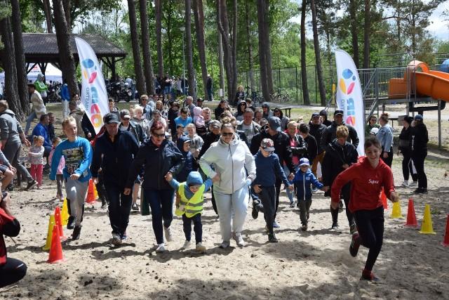 W niedzielę nad jeziorem Lednik w Miastku odbyła się rodzinna impreza z mnóstwem atrakcji. Długa kolejka ustawiła się do punktu szczepień, który zorganizował miejscowy szpital.