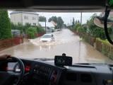 Intensywne opady deszczu w regionie. Woda zalewała podwórka, konar spadł na kampera. Zobacz nowe zdjęcia