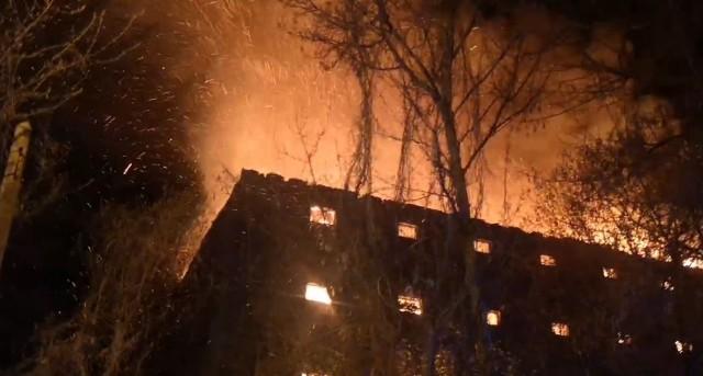 Akcję gaszenia pożaru transmituje portal olawa24.pl.