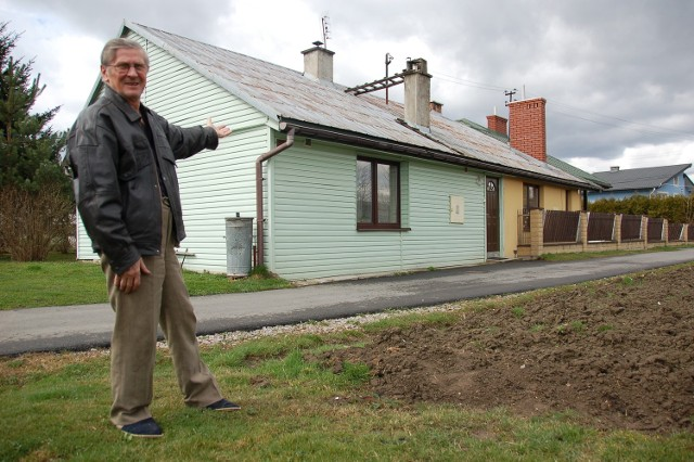 Marian Łobka przy swoim odbudowanym po powodzi domu w Tuchowie. W 2010 r. woda przelała się przez wały i zalała go po dach