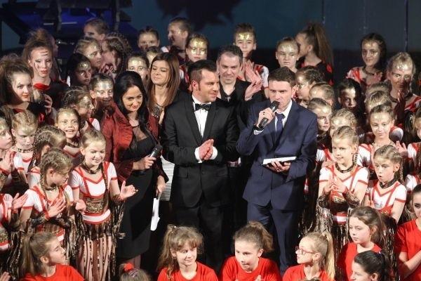 Założycielem Studia Tańca i Stylu Rewanż jest Tomasz Rowiński (w środku). Na zdjęciu z prowadzącymi: Anetą Czaban i Michałem Trzepałką i swoimi tancerzami.