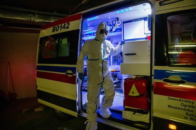 Pracownicy służb, którzy zjawili się na miejscu śmierci 50-latki z Konina, pracowali w kombinezonach ochronnych.