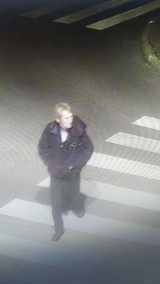 Policjanci ze Skarżyska szukają osoby, która może mieć związek z włamaniem do sklepu. Publikują wizerunek mężczyzny
