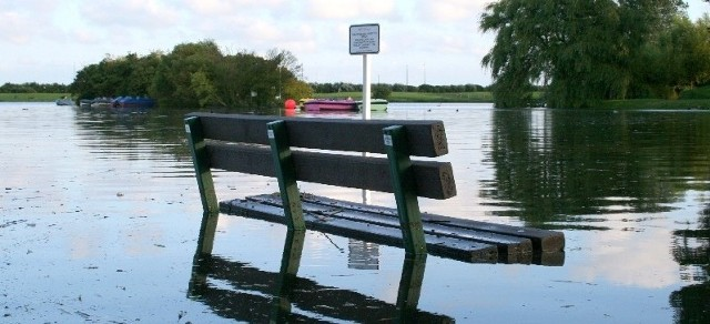 Odwołanie pogotowia oznacza między innymi, że można już poruszać się po wałach, drogach i terenach w pobliżu rzek.