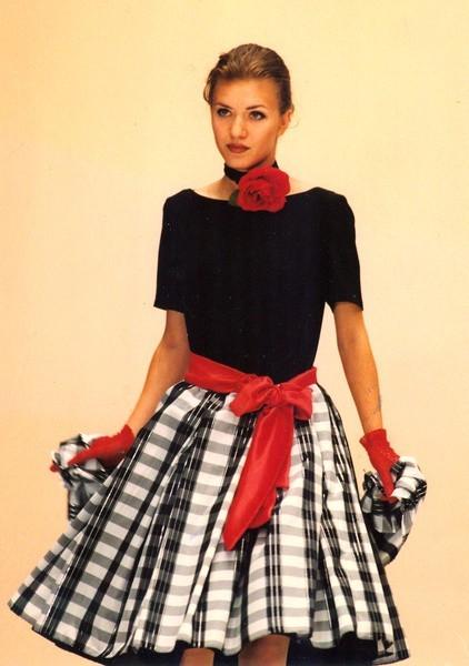 Rozkloszowana spódnica prezentowana przez modelkę