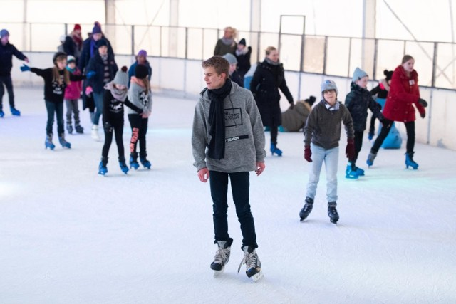 Ferie zimowe 2021 obędą się równocześnie dla wszystkich uczniów z całej Polski. Termin ferii wyznaczono między 4 a 17 stycznia, czyli od razu po bożonarodzeniowej przewie od nauki. Część rodziców i nauczycieli twierdzi, że tak długa przerwa zimowa nie będzie korzystna dla uczniów.