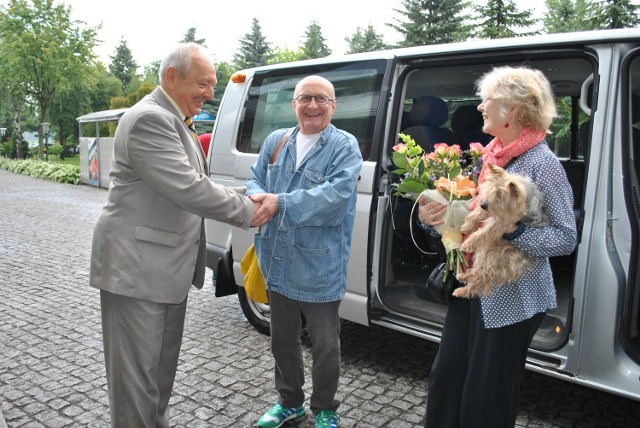 Wojciecha Pszoniaka i jego żonę powitał burmistrz Leszek Dzierżewicz.